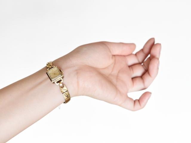 女性が腕時計を付けるのは手首側(内側)?手の甲側(外側)?どちらがいい? アイキャッチ画像
