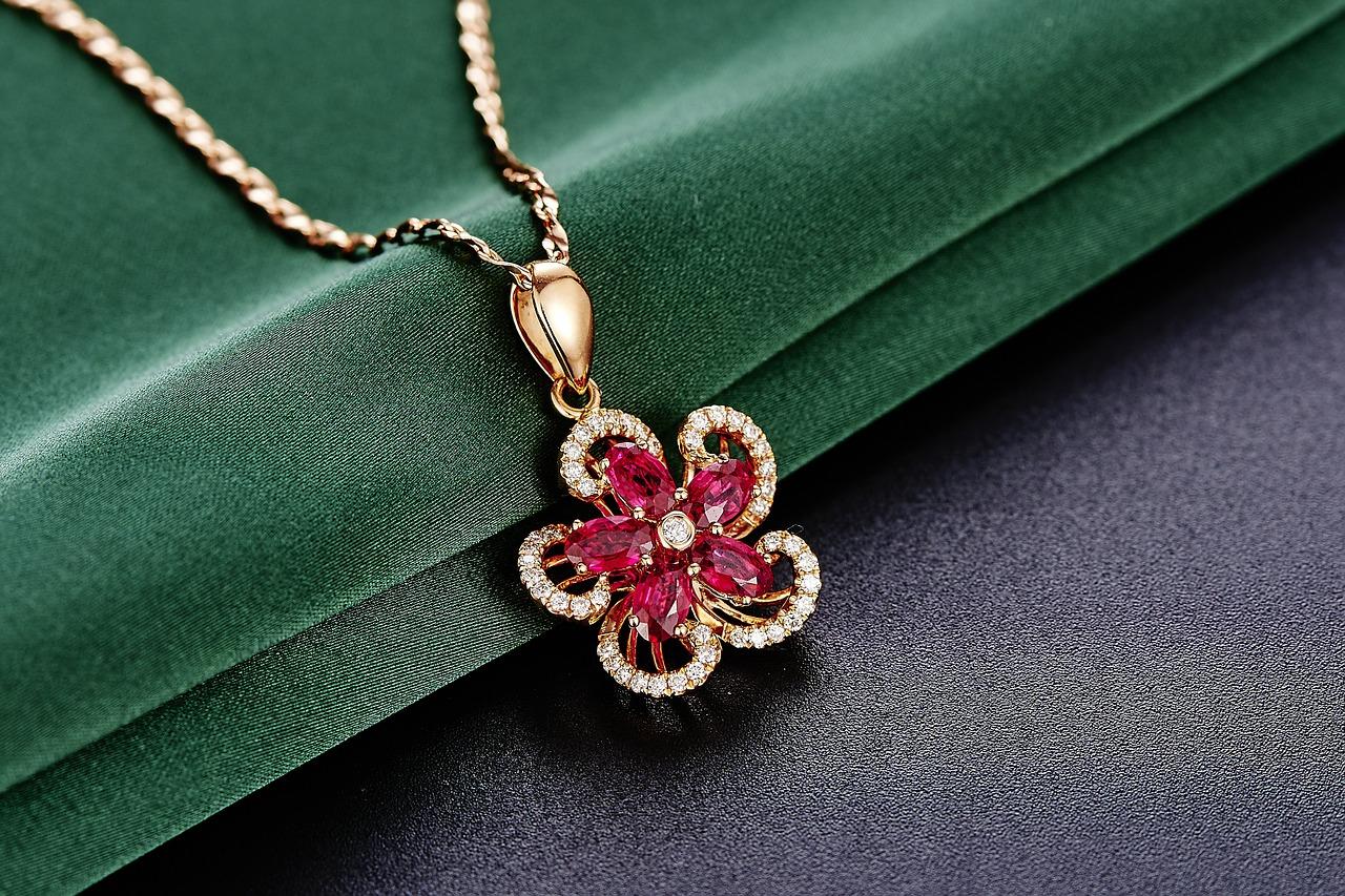 赤い宝石20種類の特徴や石言葉をご紹介!赤色が与える印象は? アイキャッチ画像