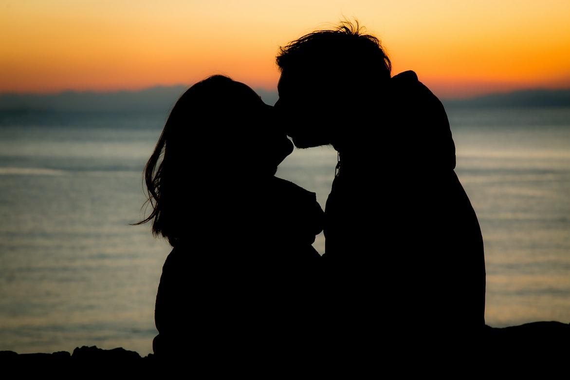 遊び⁈本命⁈付き合っていないのにキスする男性心理とは? アイキャッチ画像